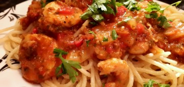 Spaghetti with prawns in tomato sauce