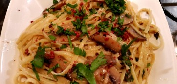 Pasta with garlic mushrooms