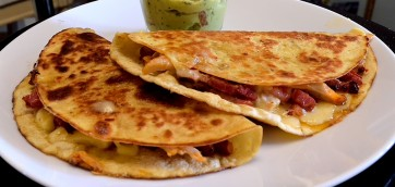 A 15-minutes recipe for naughty quesadillas with chicken and bacon. They are easy, they are cheesy and it's a great idea for a quick lunch using some chicken leftovers.